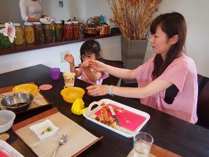 お母さんとパフェ作り.JPG